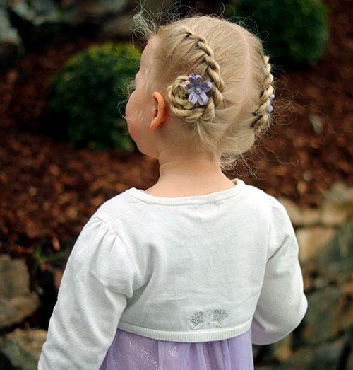Пучки для маленькой девочки с цветными заколками