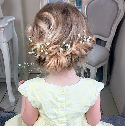 Симпатичная прическа из вьющихся волос на свадьбу