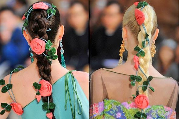 Украшение косы цветами.
