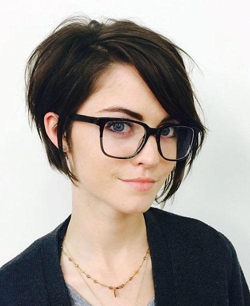 девушка в очках с модной короткой стрижкой