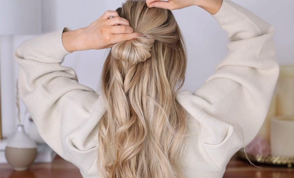 Женственный пучок на распущенные волосы