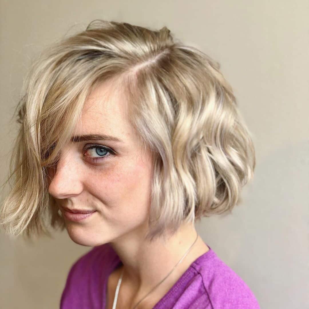 Пляжное волнистое блонд каре на средние волосы